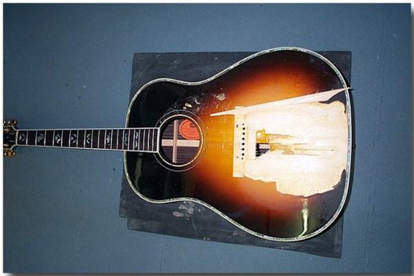 Gibson Akustik mit Deckenschaden